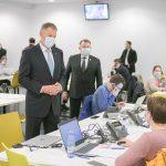 """Klaus Iohannis, la DSP București: """"Lucrurile merg foarte bine în Call Center. Am vrut să știu de la voluntarii de aici cum reacționează oamenii care sunt sunați sau care sună aici pentru informații"""""""