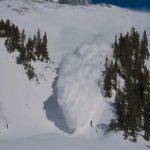 Turiștii, sfătuiți să evite traseele montane la înălțimi mari din cauza riscului de avalanșe | AUDIO