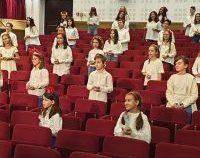 Corul de copii din Iași concertează în fața unui centru de vaccinare