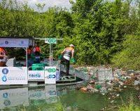 Lacul care alimentează Brașovul cu apă potabilă, curățat de deșeuri cu o ambarcațiune 100% electrică