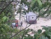 Vrancea: Cei 12 muncitori blocaţi pe munte din cauza ploilor, salvaţi