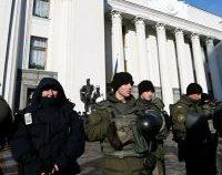 Sute de polițiști pensionari au forțat intrarea în Parlamentul de la Kiev