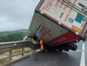 Un TIR a lovit parapetul lateral și a rămas suspendat peste viaduct, între Săliște și Sibiu