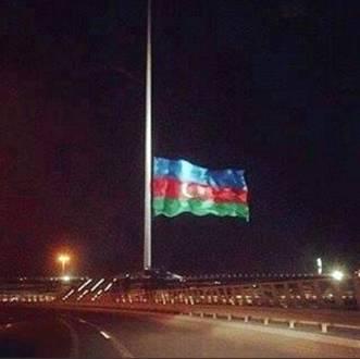 Somadaki FACİA ve acı kayıplarımız için (GARDAŞ) Devlet Azerbaycan'da bayraklar yarıya indirildi. Dünyanın en büyük bayrağı da yas için yarıya indirildi.. Kardeş Azerbaycana bu duyarlılıkları için minnettarlığımızı bildiriyoruz….