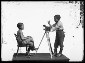 John Xiniwe and Albert Jonas, London Stereoscopic Company studios, 1891. Courtesy of © Hulton Archive/Getty Images