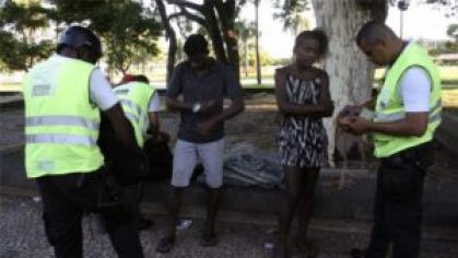 Homeless people near Flamengo being questioned by Private security agents