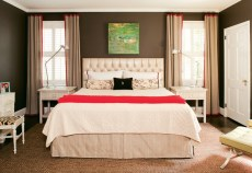 The sophistication of the master bedroom lies in its simplicity. Meanwhile, a symmetrical furniture arrangement imparts a feeling of calm.