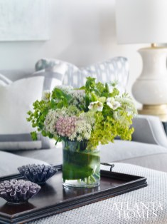 An arrangement by Le Jardin Français gives the living room of this Mandarin Oriental Residence natural appeal.