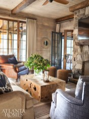 Comfort rules in the living room with upholstery in outdoor fabrics and leather.