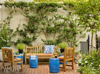 Because the Buckhead townhouse boasts a formal boxwood garden and a manicured terrace, Murphy avoided using the color green indoors to keep from competing with the leafy views outside.