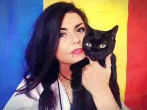 3 cuvinte ce mă definesc: Ambiție, pisici, pasiune.