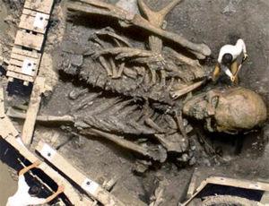 """Abb. 2 Ein Beweis für die archäologische Ausgrabung des 'Riesen aus dem Euphrat-Tal?' Leider handelt es sich bei diesem """"Beweis"""", der im Internet kolportiert wurde, um eine brillante computertechnische Bild-Montage (die von ihrem Schöpfer bei der Erst-Veröffentlichung auch so vorgestellt wurde!)"""