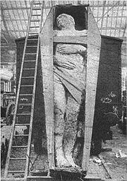 """Abb. 7 Mit einiger Sicherheit hat sich auch dieser, nach den Sittlichkeits-Vorstellungen des 19. Jahrhunderts bekleidete (!), """"Gigant"""" niemals aus eigener Kraft bewegt: Vermutlich war er ebenfalls ein """"Gips-Riese""""."""