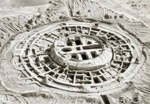 """Abb. 5 Eine Rekonstruktion des Rujm el-Hiri (Gilgal Refaim), die sich als zusätzliche Illustration des Artikels bei  worldnewsdailyreport.com findet. Die dortige Bild-Unterschrift lautet übersetzt: """"Einige Gelehrte meinen, die als Rujm al-Hiri bekannte Struktur aus konzentrischen Stein-Kreisen sei ein astrologischer Tempel oder ein Observatorium gewesen, andere halten sie für einen Bestattungs-Komplex."""""""
