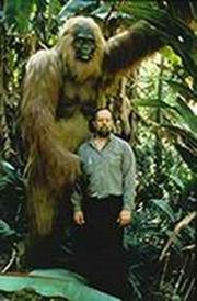 Abb. 6 Rekonstruktion eine Gigntopopithecus im Größenvergleich mit einem Menschen.