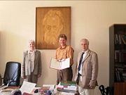 Abb. 9 Semir Osmanagić (in der Mitte) mit seiner Ernennungs-Urkunde zum 'Auswärtigen Mitglied' der Russischen Akademie der Naturwissenschaften