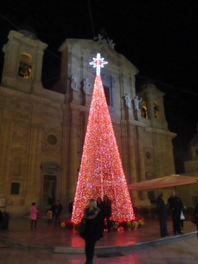 Weihnachtsbaum vor der Parrocchia San Tommaso di Canterbury Chiesa Madre