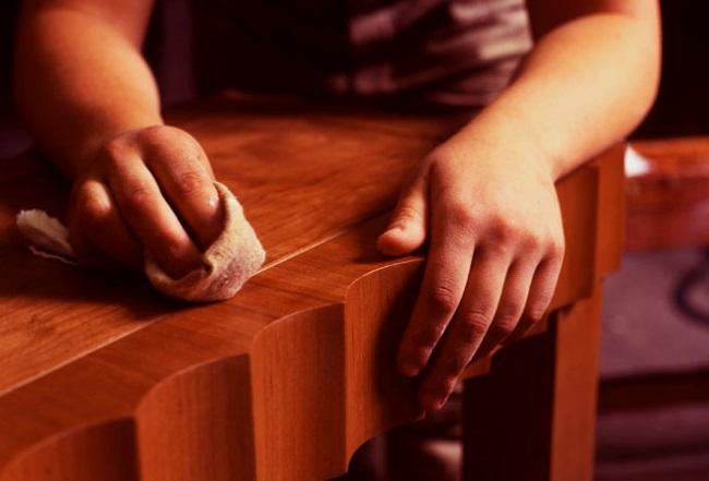 Полировка лака на деревянной поверхности