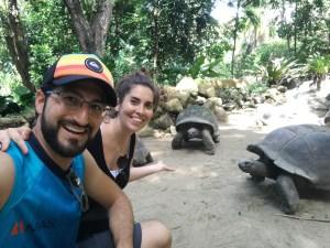 Nosotros con las tortugas de Seychelles