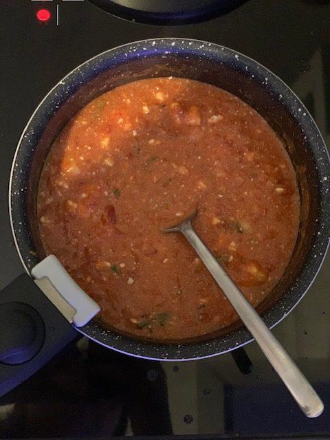 casserole de sauce crémeuse féta tomate
