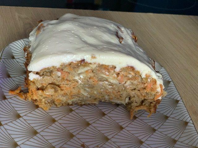 carrot cake avec glaçage vue côté