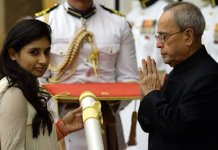 Mitali Raj receiving the Padma Shri award from the Indian President