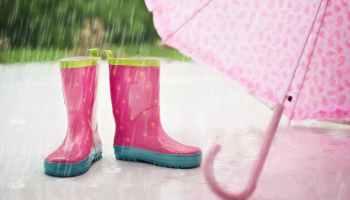 come vestire un bambino quando piove