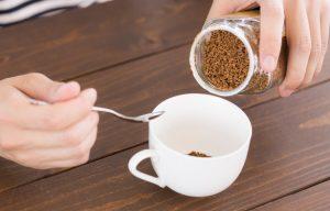 インスタントコーヒーをカップに入れる様子