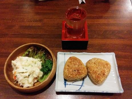 焼きおにぎりとポテサラと日本酒。三種の神器