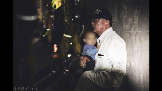 在黑暗中总是温暖的……白袍医生蹲在隧道里,把男孩抱在怀里。 生活| 三里新闻网SETN.COM