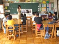 Untuk pendidikan SMP, kurikulum menitik beratkan pada pendidikan bahasa Jepang, matematika, IPA dan IPS. Sedangkan pendidikan bahasa asing seperti Inggris dan Jerman tidak diwajibkan dan hanya bersifat pilhan bagi murid. Pelajaran bahasa Inggris baru dijadikan pelajaran wajib di level SMP pada kurikulum 2002. Adanya mata pelajaran pilihan seperti bahasa Jepang, IPS, matematika, IPA, musik, art, pendidikan jasmani, keterampilan, dan bahasa asing, merupakan pembeda khas antara kurikulum pendidikan SMP di Jepang dan Indonesia. Selain pendidikan utama di Jepang juga dilengkapi dengan pendidikan ekstrakurikuler seperti di Indonesia.