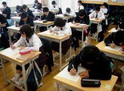 Dibandingkan kurikulum SD dan SMP, kurikulum SMA di Jepang paling sering berubah. Pada tingkat ini sudah diadakan sistem penjurusan seperti di Indonesia. Sifat khas kurikulum SMA adalah kompleksnya pelajaran yang diajarkan. Contohnya pelajaran bahasa Jepang yang mulai dikelompokkan menjadi literatur klasik dan modern. Penjurusan dilakukan di kelas 3, jurusan yang ada meliputi IPA dan budaya/sosial. tetapi seiring berjalannya waktu penjurusan mengalami perkembangan karena banyaknya lulusan SMA yang memilih akademi yang terkait dengan teknik, pertanian, perikanan, kesejahteraan masyarakat, dan lain lain.