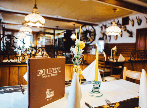 Restaurant-Bachtaverne-am-Attersee-handbemalter-Tisch