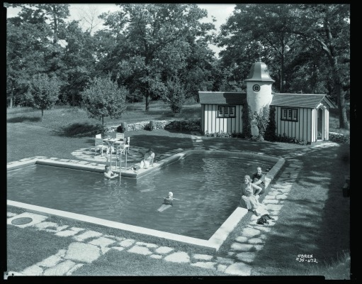 The pool and adjacent pool house at Ten Chimneys were popular gathering spots . At right, Alfred Lunt and Lynn Fontanne entertain three friends.