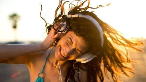 A girl dancing wearning headphones | 5 Way How Music Affects Our Daily Life