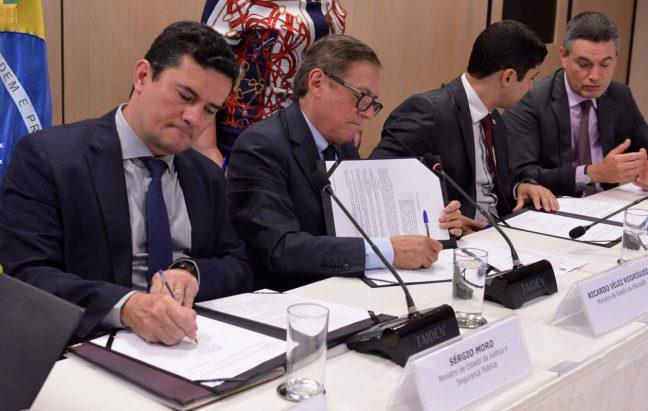 Sérgio Moro e Ricardo Vélez assinam acordo para dar início à Lava Jato da Educação