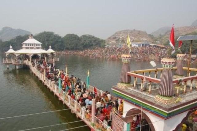 Mandar-Hill-Temples-in-Lake