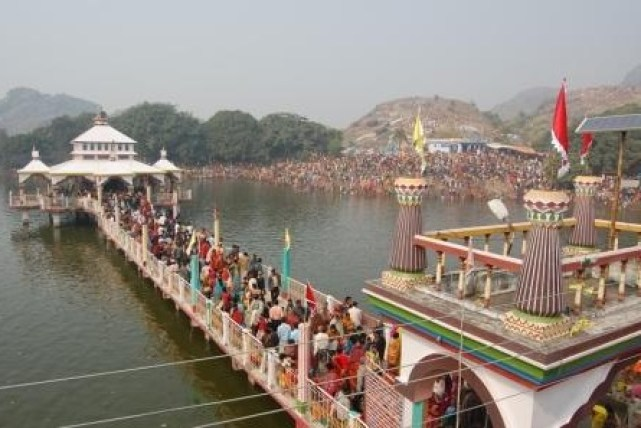 Mandar-Hill-Temples-in-Lake