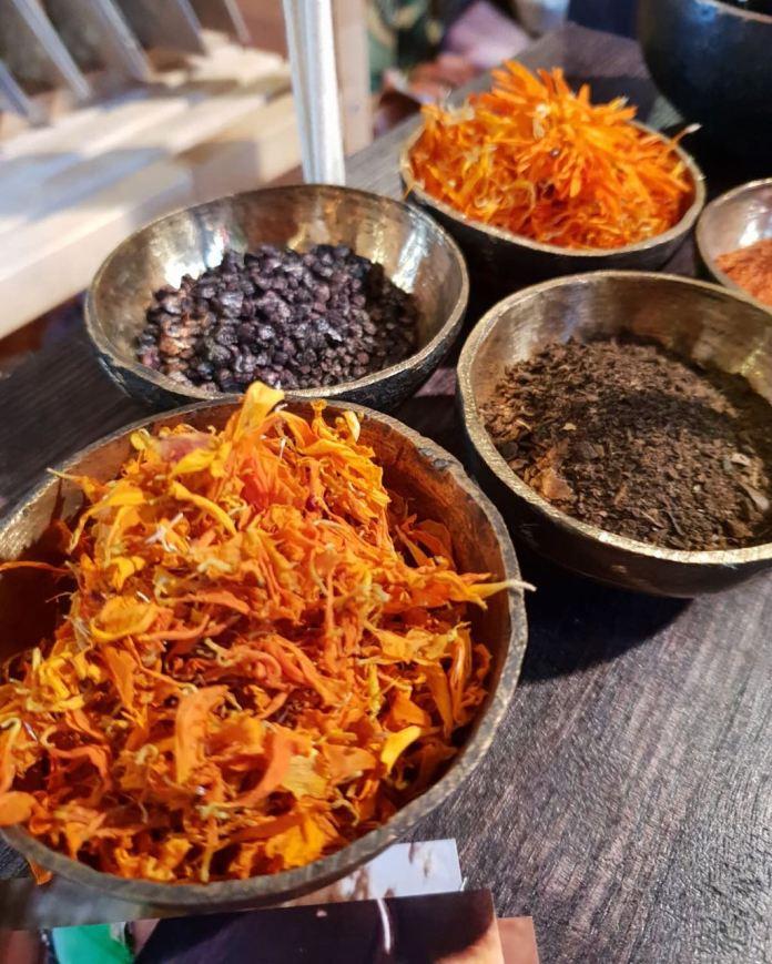 प्रवीण चौहान – एक  उद्यमी जो  महाबोधि मंदिर के अनुपयुक्त हो चुके फूलों से करवा रहे खादी वस्त्रों की रंगाई