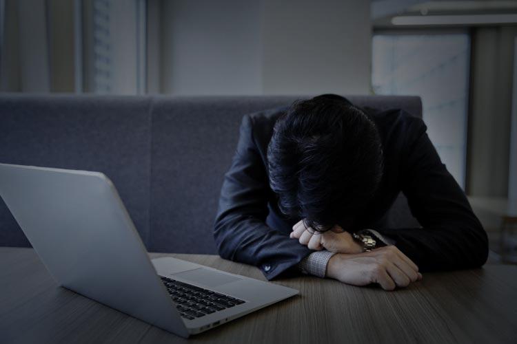 泣く人が居る職場は今すぐ逃げるべきブラック企業の特徴と断言する!