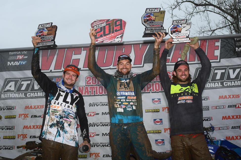Chad Wienen (centro), Jeffrey Rastrelli (derecha) y Thomas Brown (izquierda) completaron el top 3 nacional del Ironman ATVMX.