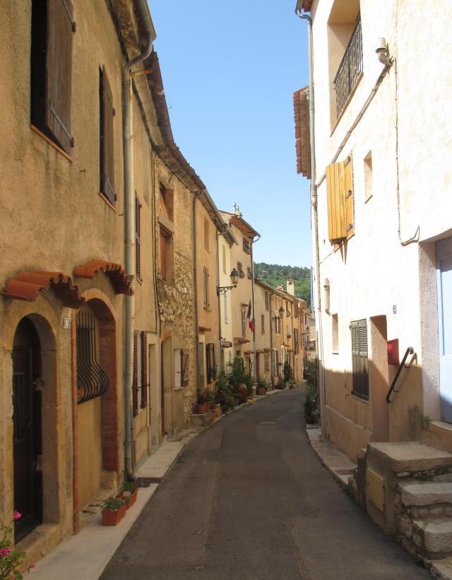 Cabris. Winding street