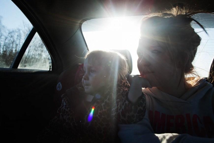 Sara Lewkowicz / Maggie i la seva filla gaudeixen de les vistes des del seient de darrere del cotxe de la família. Després de l'atac han decidit desplaçar-se a Alaska per estar més a prop del seu ex marit.