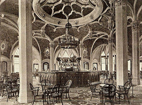 le-bar-du-royal-picardy-à-l-image-de-la-démesure-de-l-hôtel