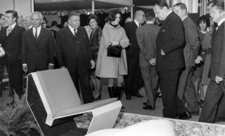 Michelle Auboiron avec André Malraux devant un fauteuil de sa création au SAD 1967