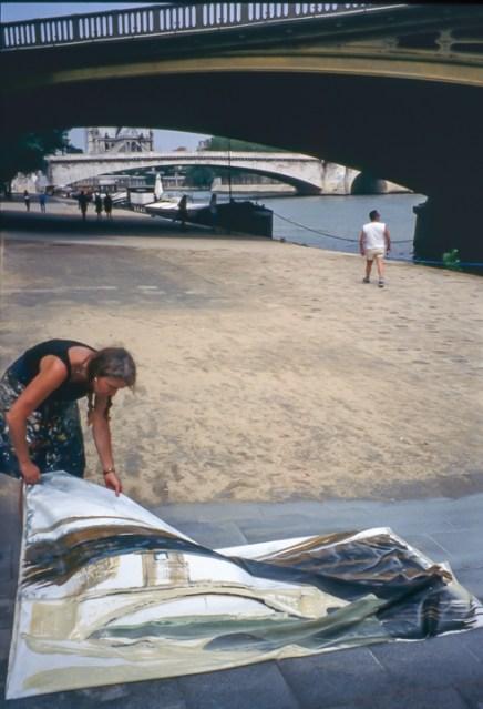 Michelle-Auboiron-peint-in-situ-les-Ponts-de-Paris-Photo-Anne-Sarter-13