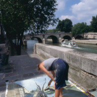 Michelle-Auboiron-peint-in-situ-les-Ponts-de-Paris-Photo-Anne-Sarter-21 thumbnail