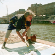 Michelle-Auboiron-peint-in-situ-les-Ponts-de-Paris-Photo-Anne-Sarter-26 thumbnail