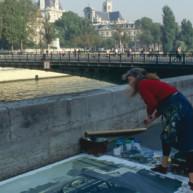 Michelle-Auboiron-peint-in-situ-les-Ponts-de-Paris-Photo-Anne-Sarter-30 thumbnail