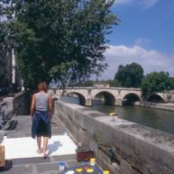Michelle-Auboiron-peint-in-situ-les-Ponts-de-Paris-Photo-Anne-Sarter-9 thumbnail